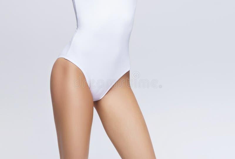运动和性感的女性身体 皮下脂肪切除术,营养,减重概念 免版税库存照片