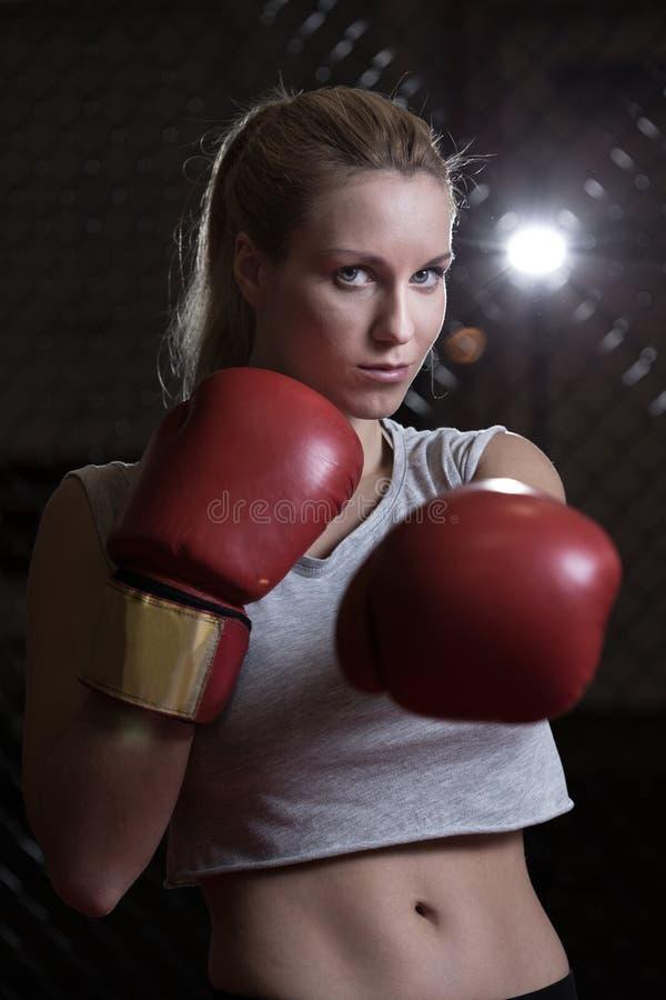 运动女孩佩带的拳击手套 库存图片