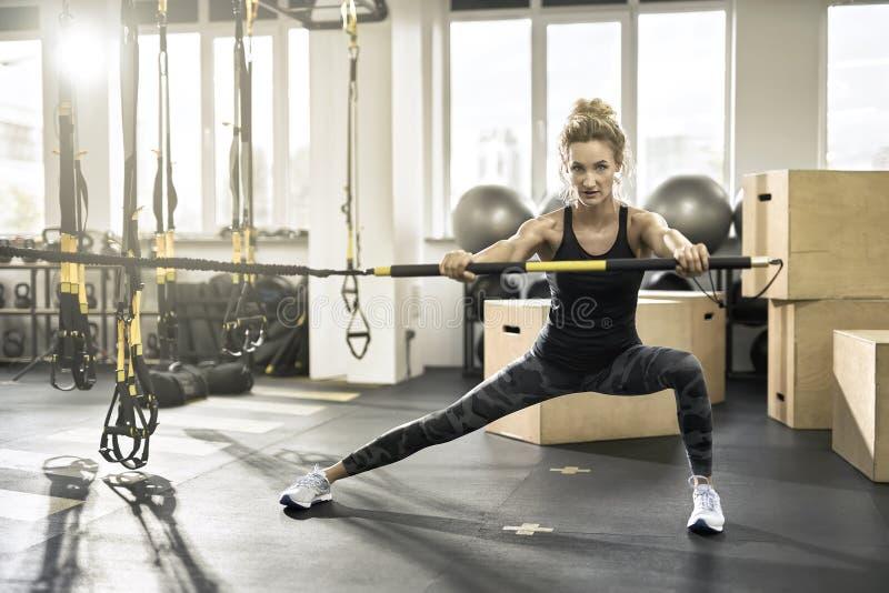 运动女孩在健身房行使 免版税图库摄影