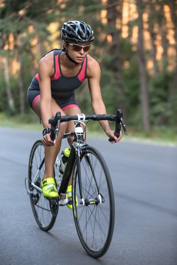 运动女孩骑自行车 免版税库存图片