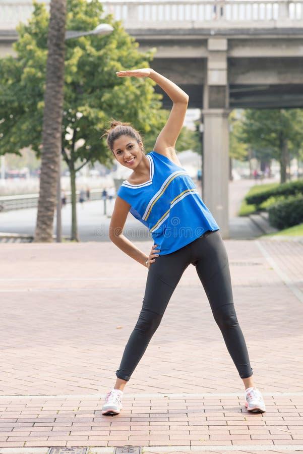 运动妇女训练和行使在街道,健康锂 免版税库存图片