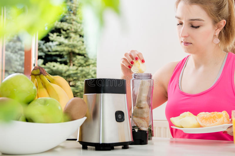 运动少妇使用一台搅拌器 库存照片