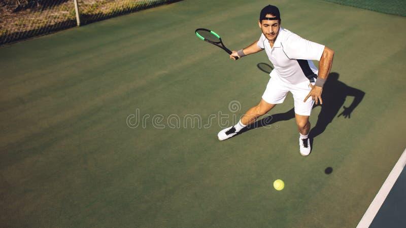 运动服实践的网球的年轻人 库存图片
