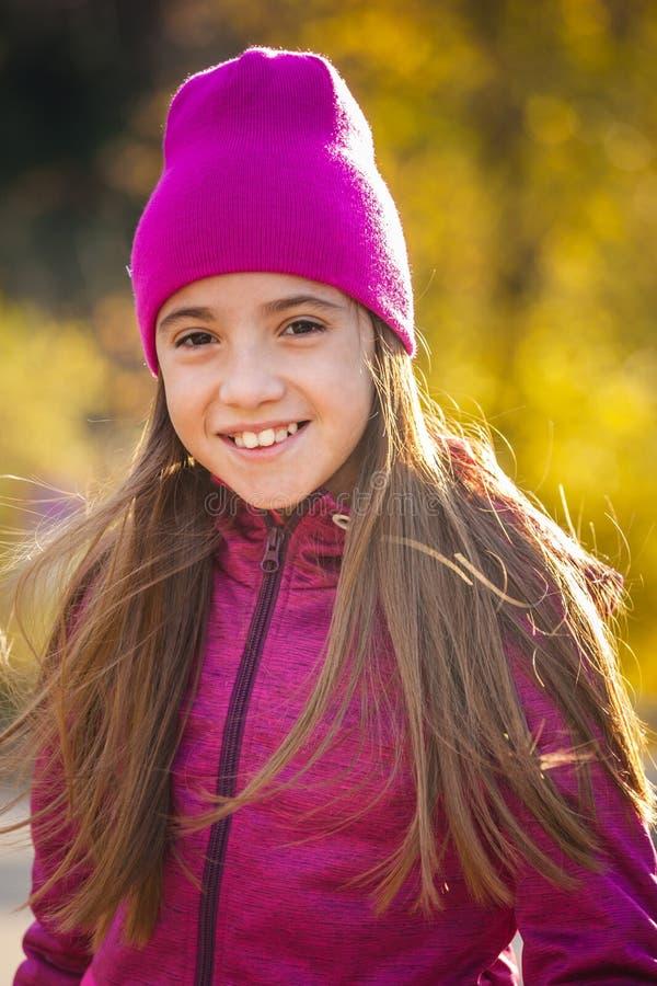 运动服的微笑的女性青少年走在秋季早晨锂的 免版税图库摄影