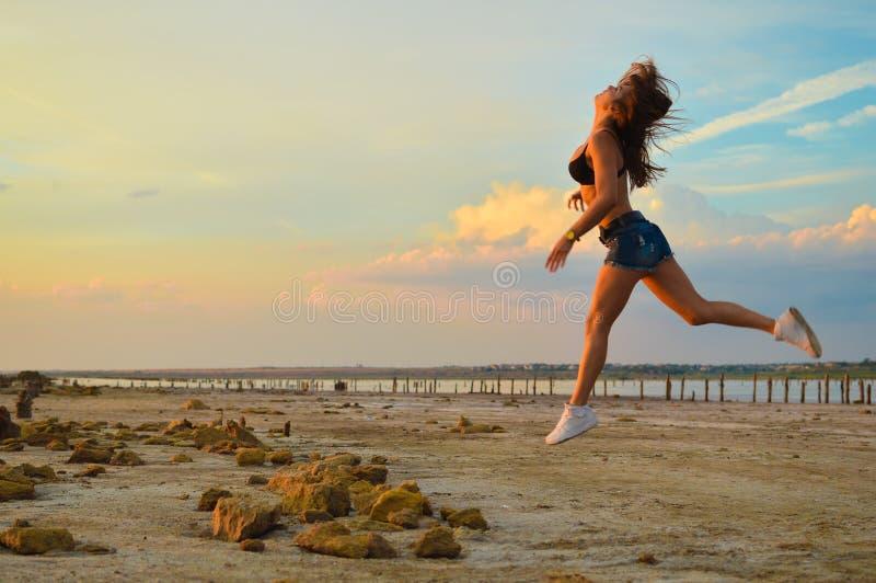 年轻运动的夫人简而言之和教练员跑步 图库摄影