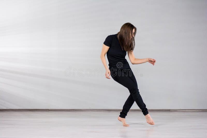 运动的女孩舞蹈家 库存图片