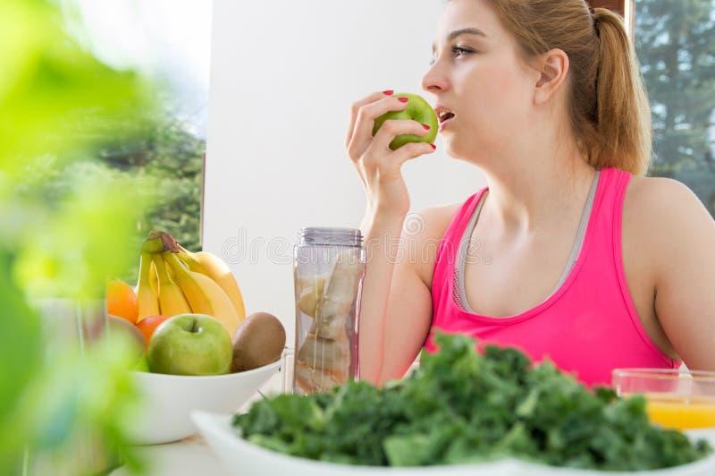 运动的妇女吃新鲜水果 库存照片