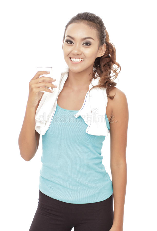 运动的妇女饮用茶点,当断裂在锻炼以后 免版税库存照片