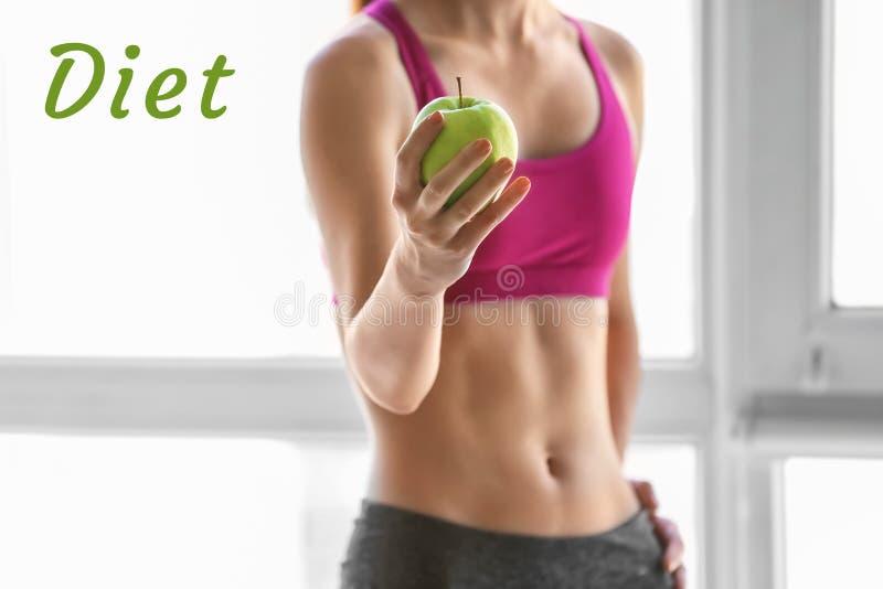运动的年轻女人用户内新鲜的苹果 饮食概念 免版税库存照片