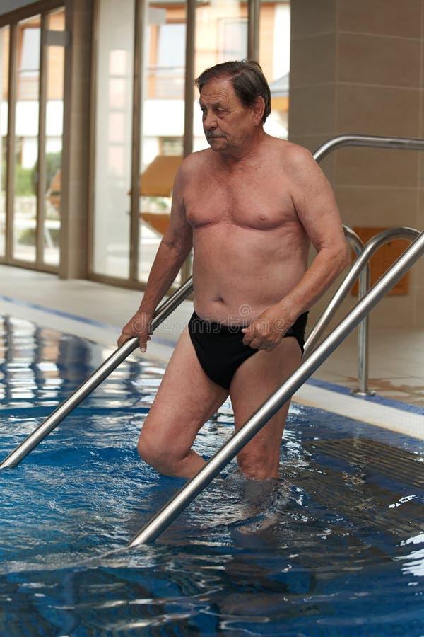 运动的成熟人去的游泳 库存图片