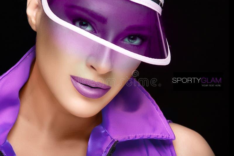 运动的秀丽 紫色遮阳帘的时兴的少妇 库存照片