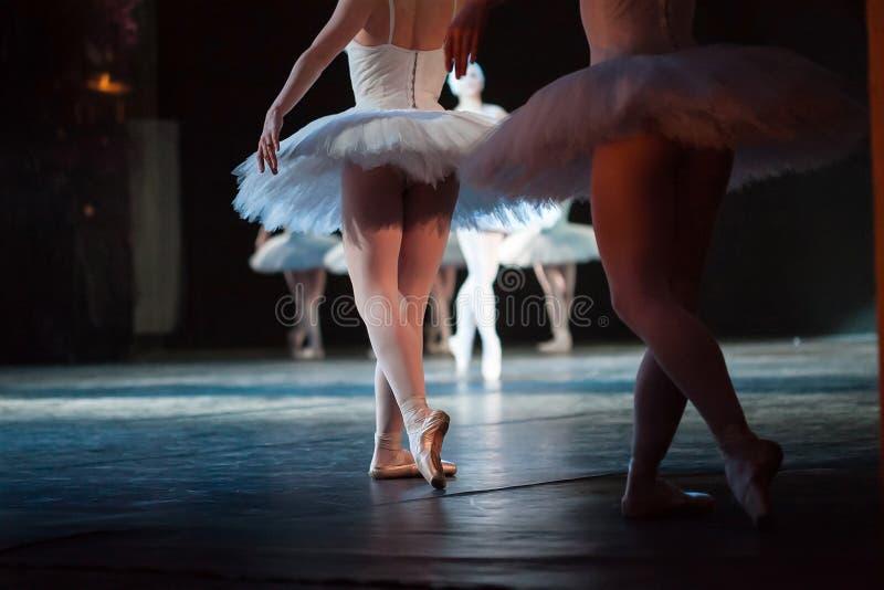 运动的芭蕾舞女演员 芭蕾舞女演员的脚关闭  免版税库存图片