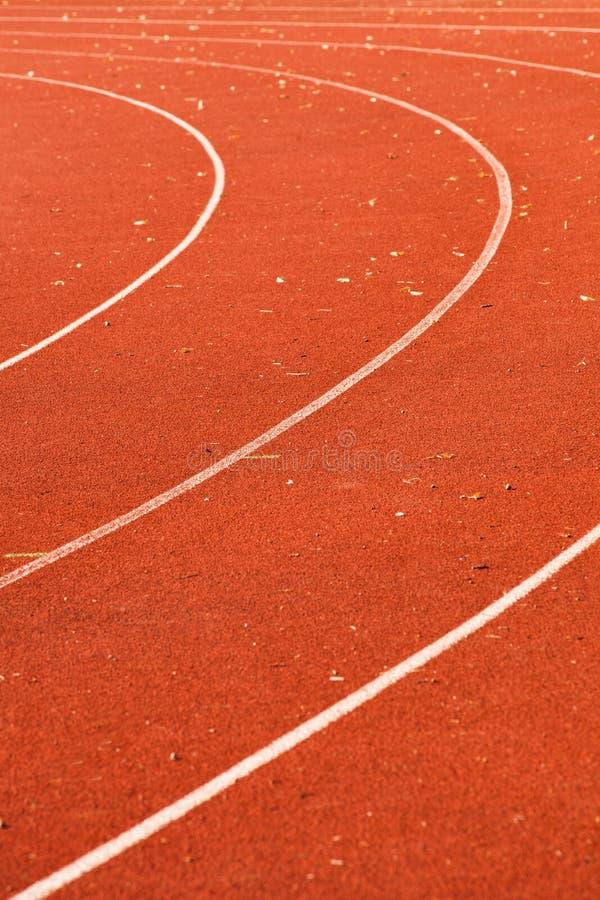 运动红色连续轨道丝毫空白线路和有些叶子对此 图库摄影