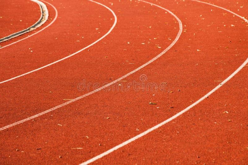 运动红色连续轨道丝毫空白线路和有些叶子特写镜头对此 库存照片
