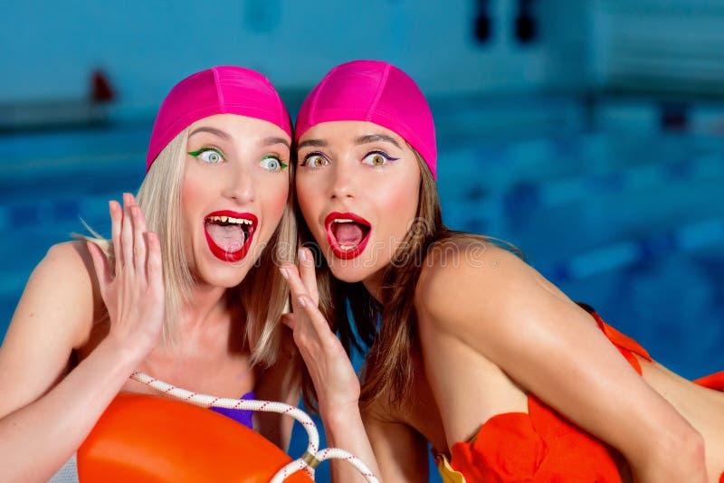 运动美丽的可爱的白肤金发的妇女画象有时髦的在游泳盖帽和游泳衣surpr组成 免版税库存图片