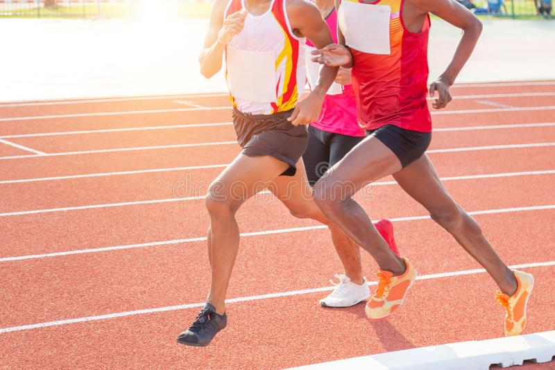 运动运动员在体育场内冲刺跑在连续轨道 库存照片