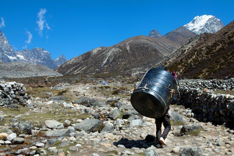 运回在他的尼泊尔搬运工担子 免版税库存图片