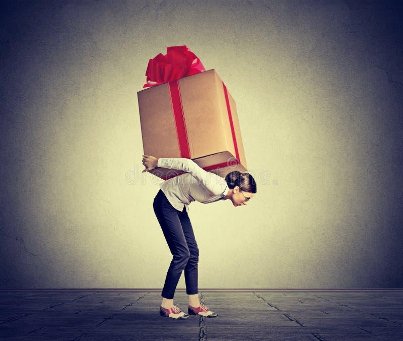 运回在她的妇女大礼物 免版税库存照片
