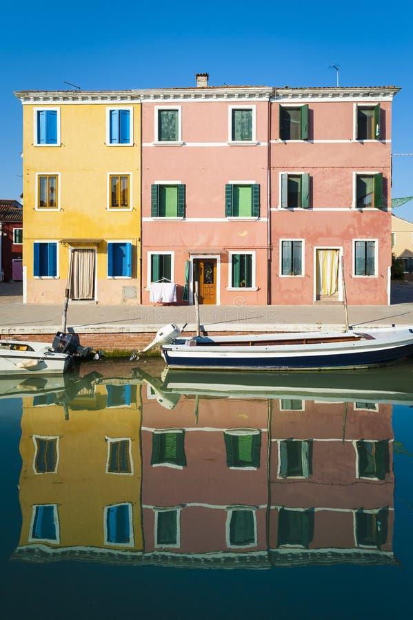 运河、小船和反射, Burano,意大利 免版税库存图片