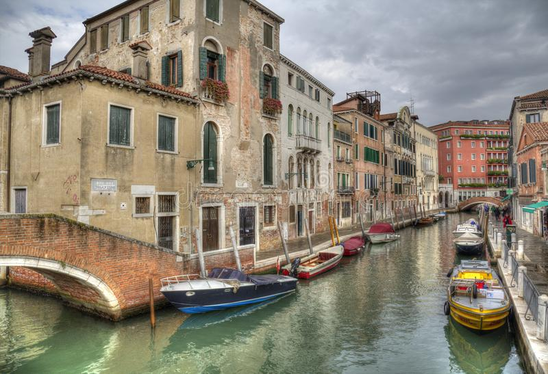 运河和小船在威尼斯,意大利 图库摄影