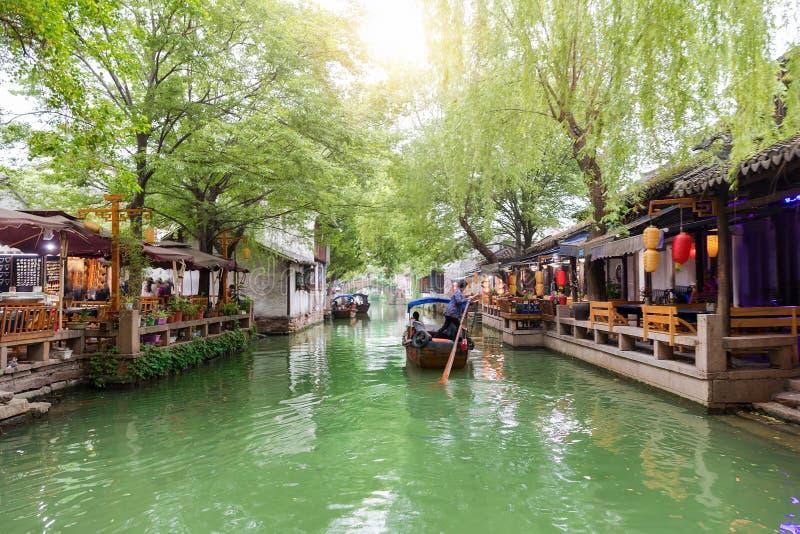运河和长平底船在沃特敦同里,亚洲的威尼斯 免版税库存照片