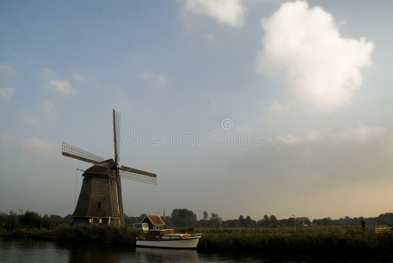 运河和风车在阿尔克马尔附近 图库摄影
