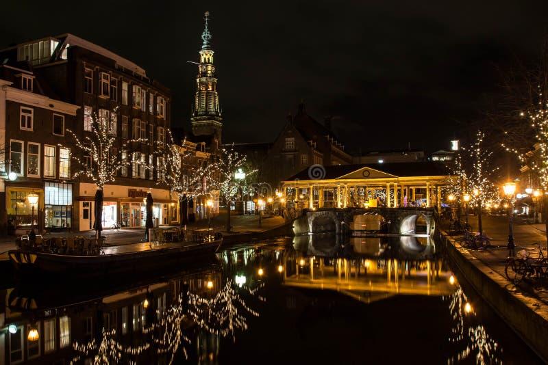 运河在有历史的荷兰语市莱顿 库存图片