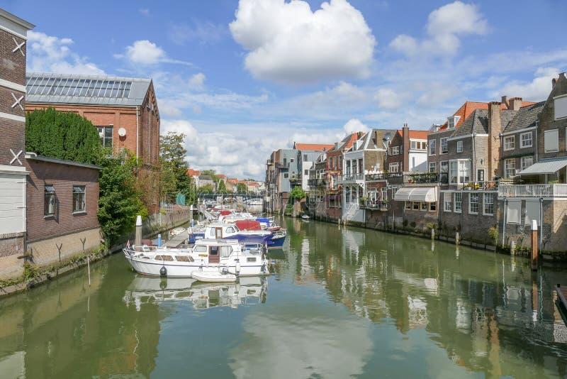运河在有运河房子和小船的多德雷赫特 免版税图库摄影