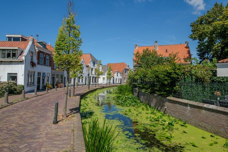 运河在Maasland, Netherlannds老村庄  库存照片