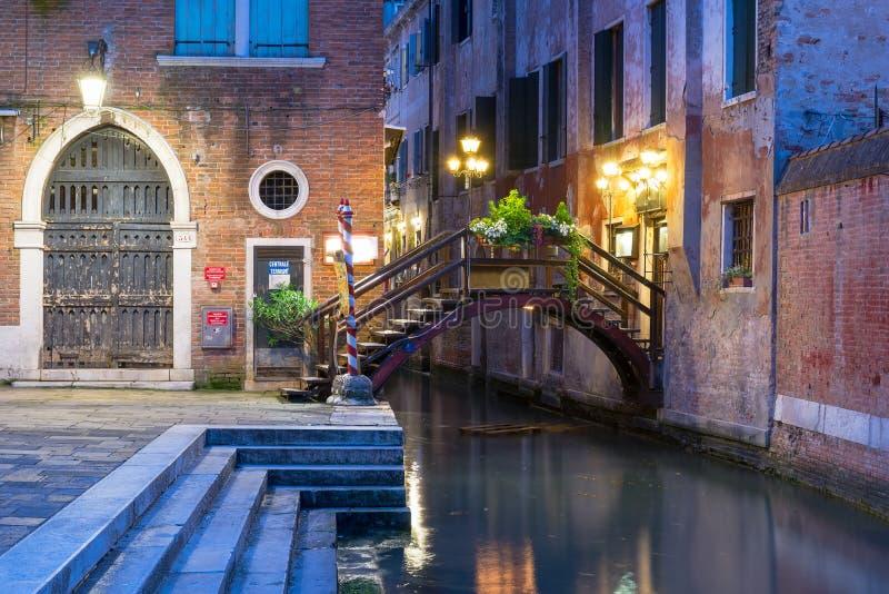 运河夜视图在威尼斯 免版税库存照片