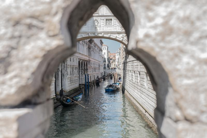 运河威尼斯风景有叹气长平底船和桥梁的  免版税库存图片