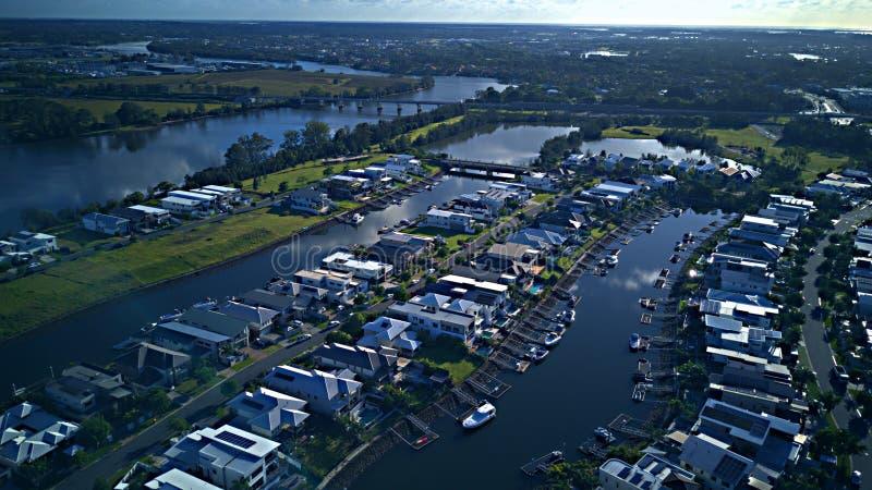 运河庄园和小船在Coomera河早晨视图希望海岛,英属黄金海岸旁边怀有RiverLinks庄园 图库摄影