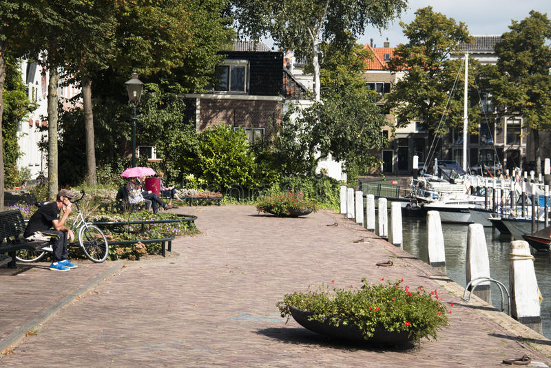 运河的人们在多德雷赫特,荷兰 库存图片