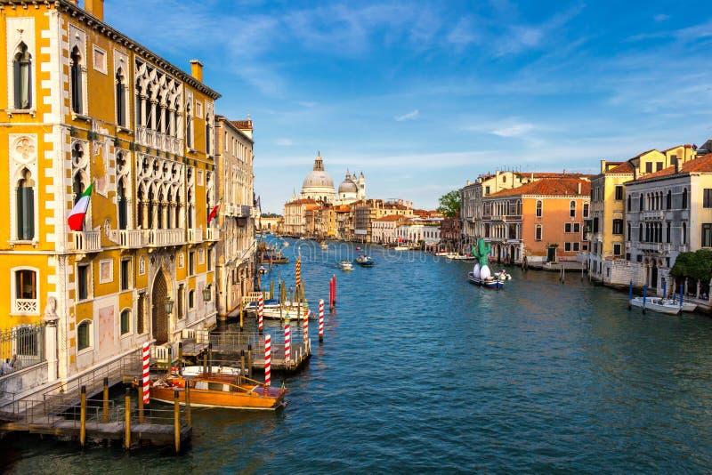 运河的看法有小船和长平底船的在威尼斯,意大利 威尼斯是欧洲的一个