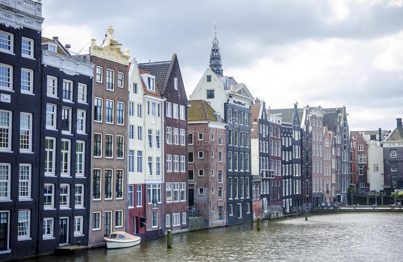 运河的2014年7月典型的阿姆斯特丹历史的家 库存照片