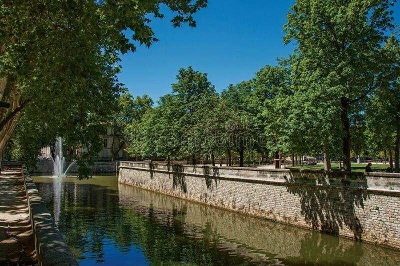 运河看法在喷泉的18世纪庭院的在尼姆 免版税库存图片