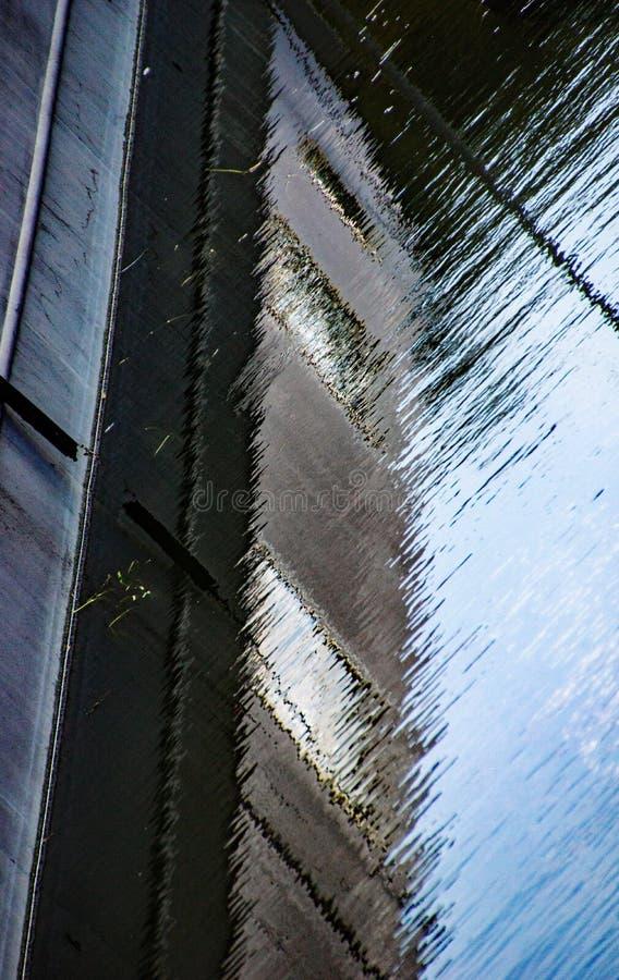 运河船在河Stort被反射 免版税库存照片