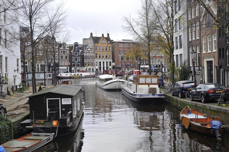 运河船在秋天在阿姆斯特丹,荷兰 图库摄影