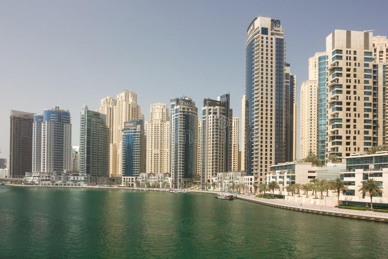 运河视图在迪拜小游艇船坞和摩天大楼 免版税库存图片