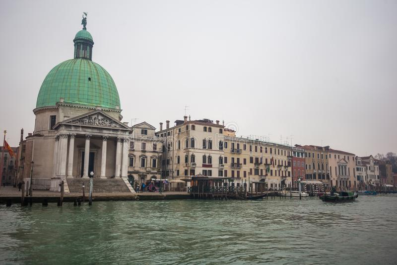 运河重创与大教堂二圣玛丽亚della致敬在威尼斯 库存照片