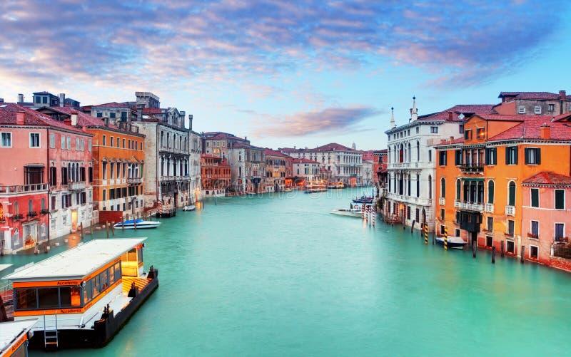 运河重创与大教堂二圣玛丽亚della致敬在威尼斯 免版税库存图片