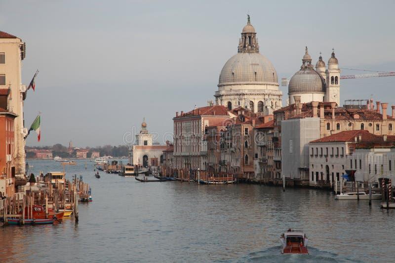 运河重创的威尼斯 圣玛丽亚de大教堂的圆顶  库存照片