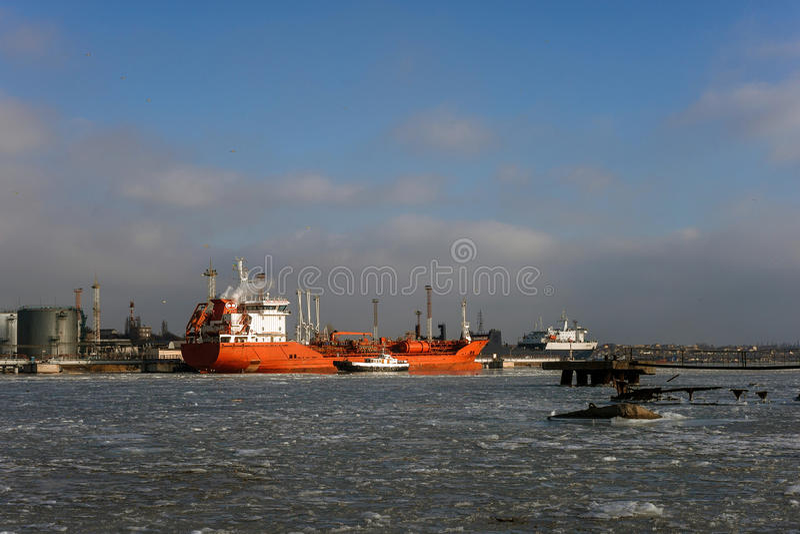 运河货物德国基尔石油船罐车 免版税库存照片