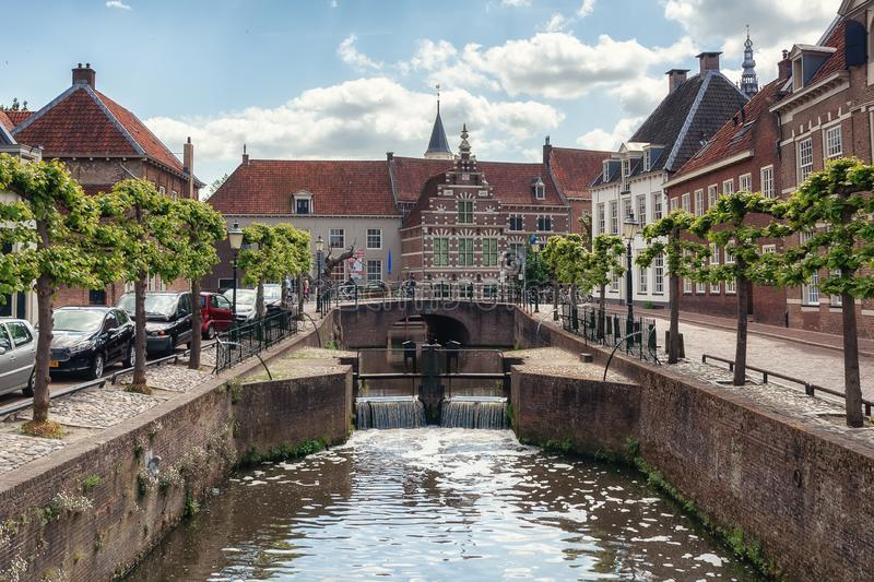 运河Eem在老镇阿莫斯福特在荷兰 免版税库存照片