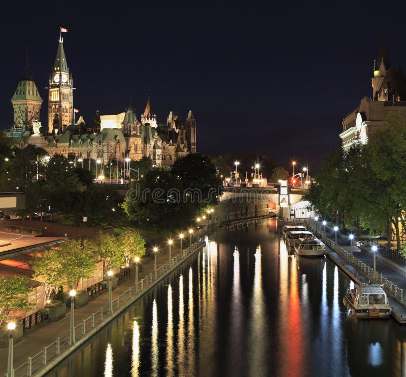 运河Rideau和加拿大国会在晚上 库存照片