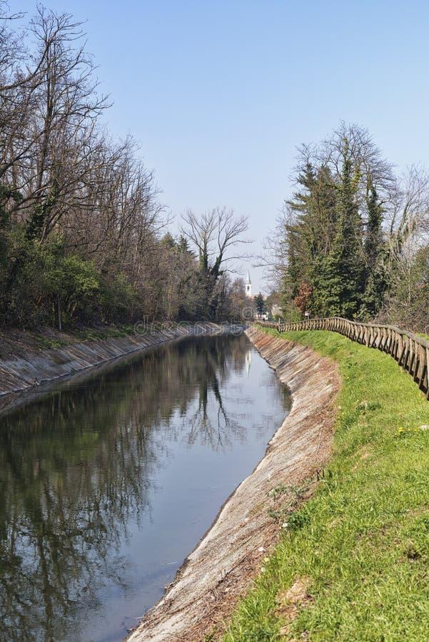 运河Villoresi在Brianza (意大利) 免版税库存照片