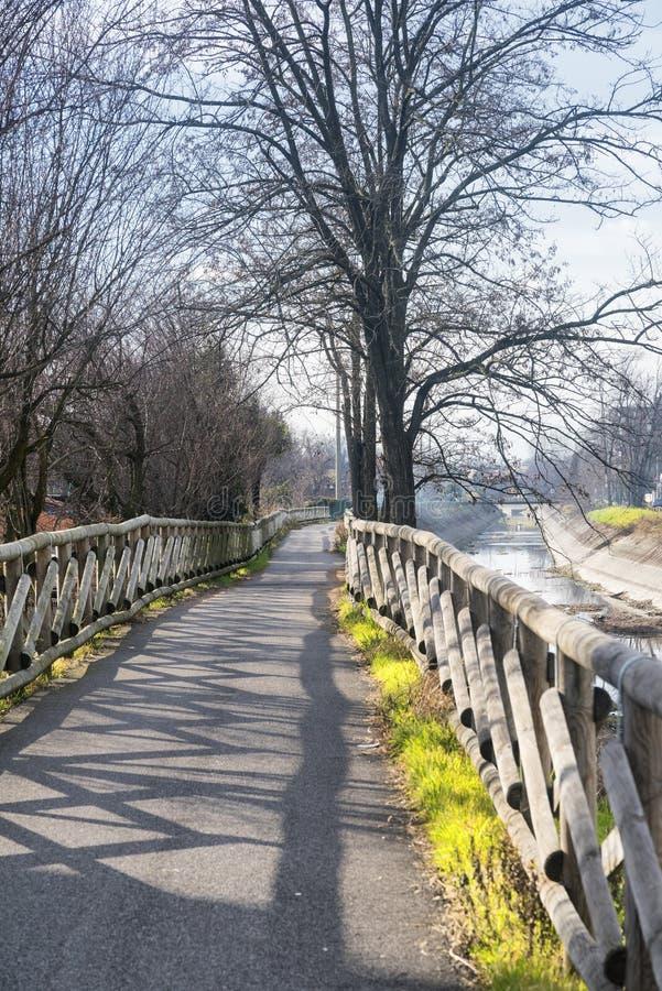 运河Villoresi,步行者和自行车的车道 图库摄影