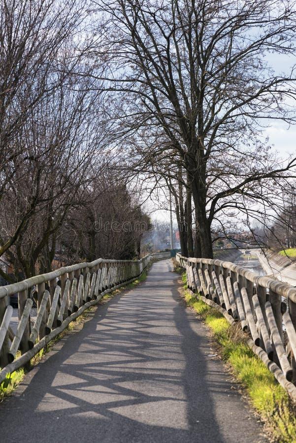 运河Villoresi,步行者和自行车的车道 免版税库存照片