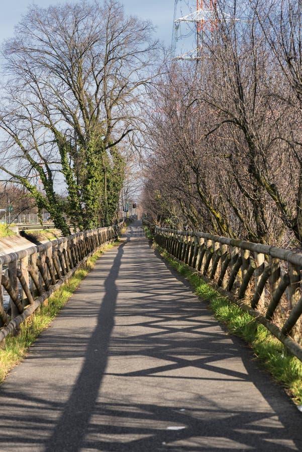 运河Villoresi,步行者和自行车的车道 库存照片