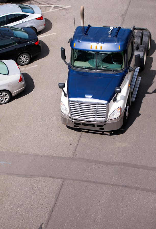 运行在停车场的大半船具卡车拖拉机 免版税库存照片